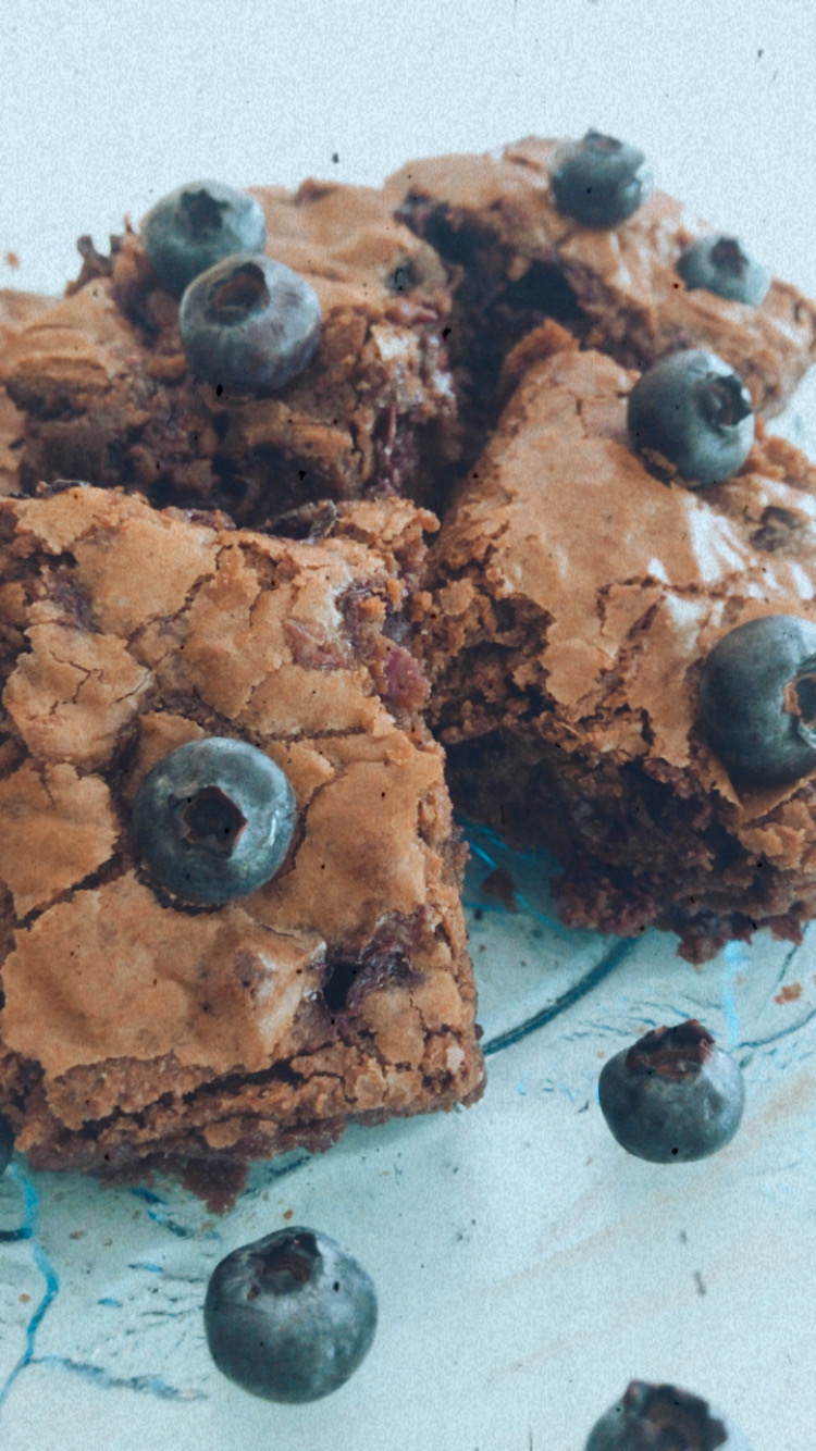 Looking for a recipe for blueberry brownies? Los Angeles Blogger My Teacher Got Style is sharing her spin on the classic treat with this blueberry brownies recipe HERE!