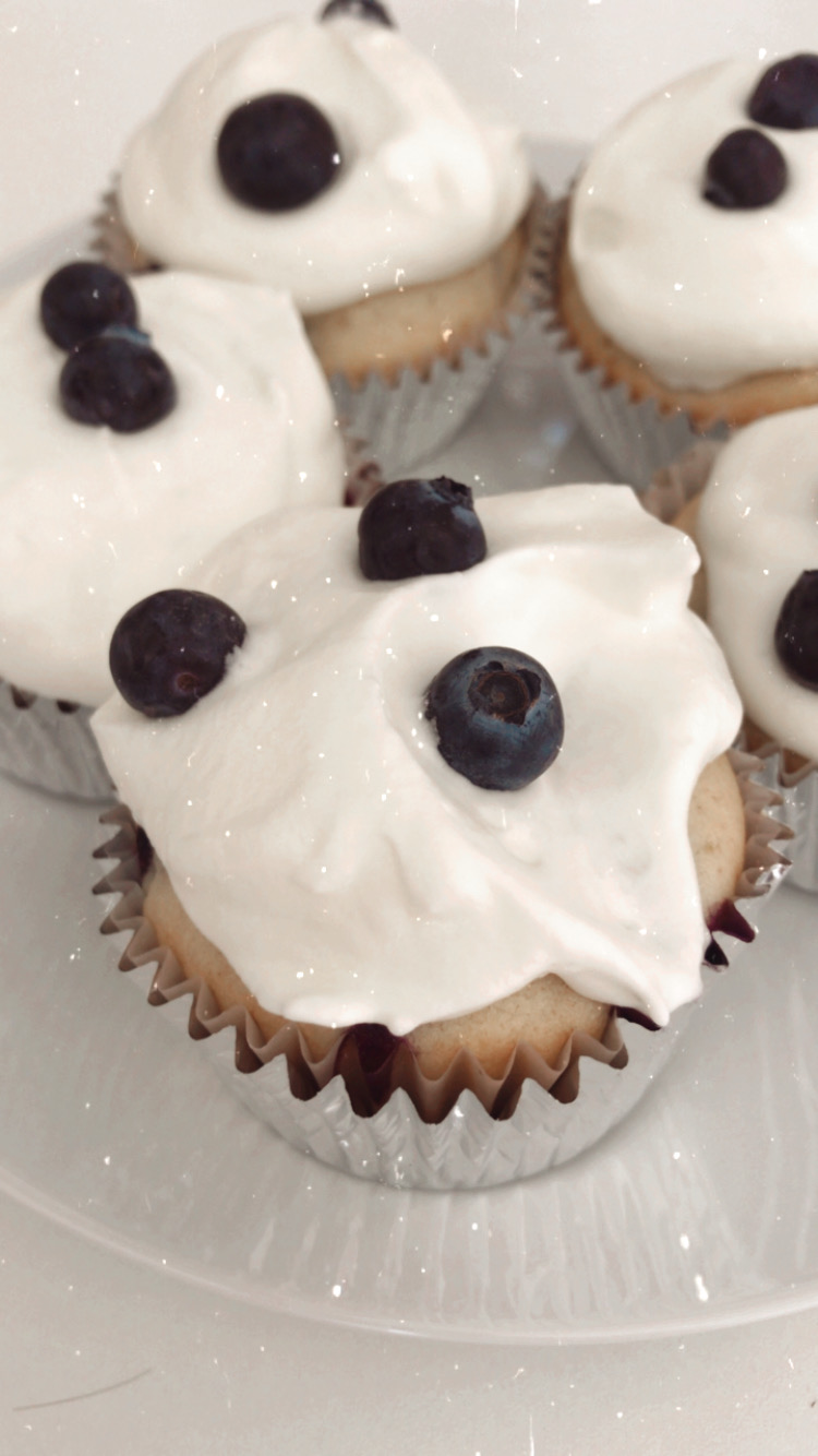 Looking for the most delicious blueberries and cream cupcakes recipe? Look no further! Los Angeles Blogger My Teacher Got Style is sharing her recipe here!