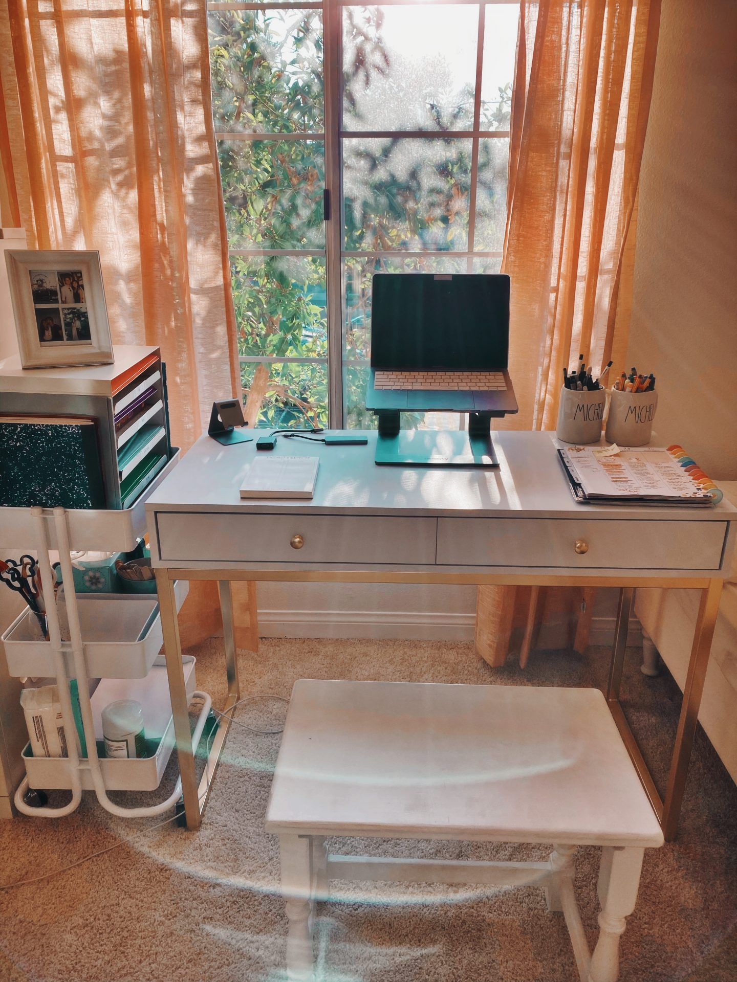 Need help with your distance learning home set up? Los Angeles Blogger My Teacher Got Style is sharing her tips on the perfect distance learning home set up here!