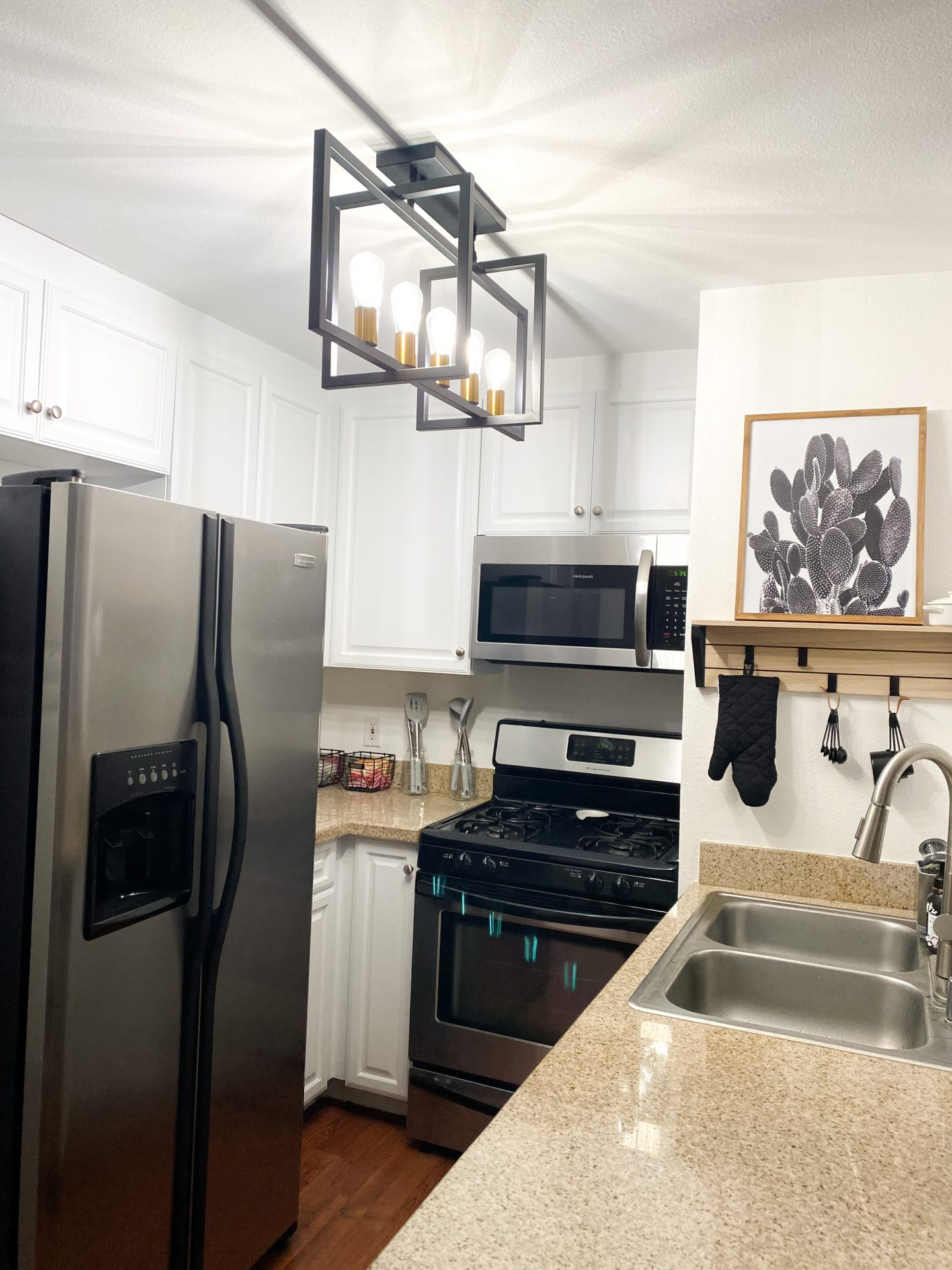 Looking for a kitchen remodel on a budget? Los Angeles blogger My Teacher Got Style is sharing her top tips to a new kitchen here!